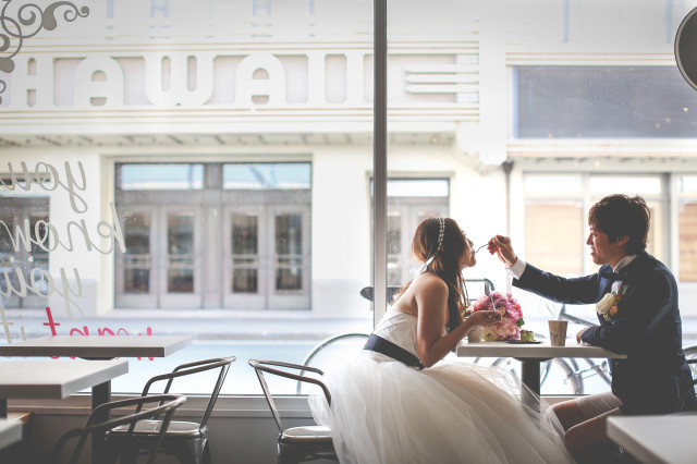 A romantic moment in a coffee shop — Photo by SUNBLOOM