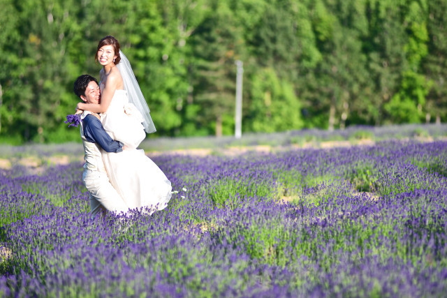 In the lavender fields in Furano — Photo by Hokkaido Location Photo Wedding