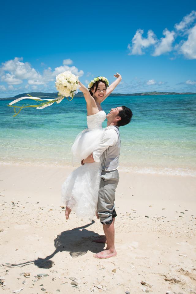 SOMETHING BLUE PHOTOGRAPHY(ベン・デュリュック)が撮った沖縄ビーチのウェディングフォト
