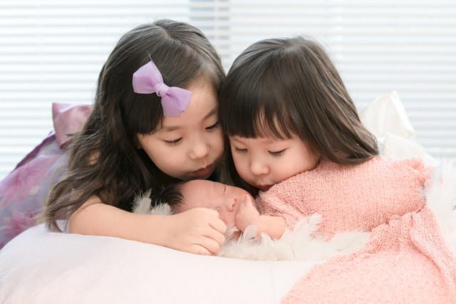 Keiko Yuzawaが出張撮影した姉妹のニューボーンフォト