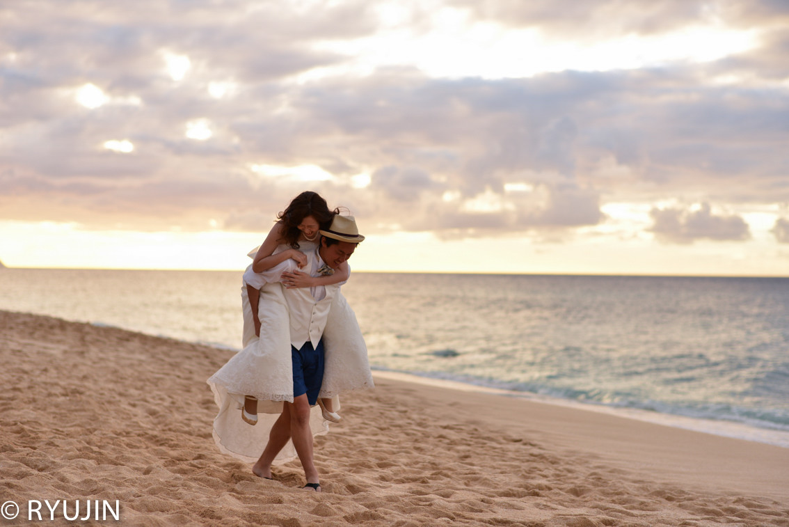 Ryujin Hawaiiが撮影したビーチでのウェディングフォト