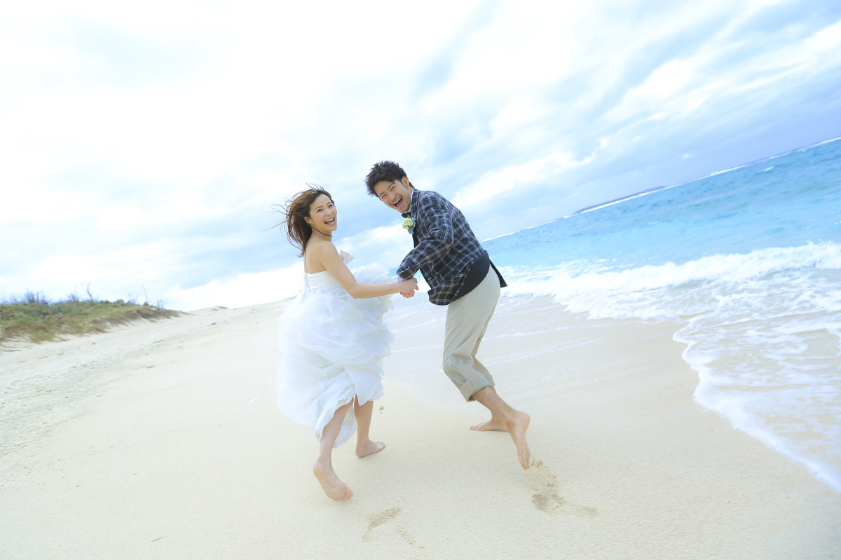 Studio SUNSが撮影したビーチでのウェディングフォト