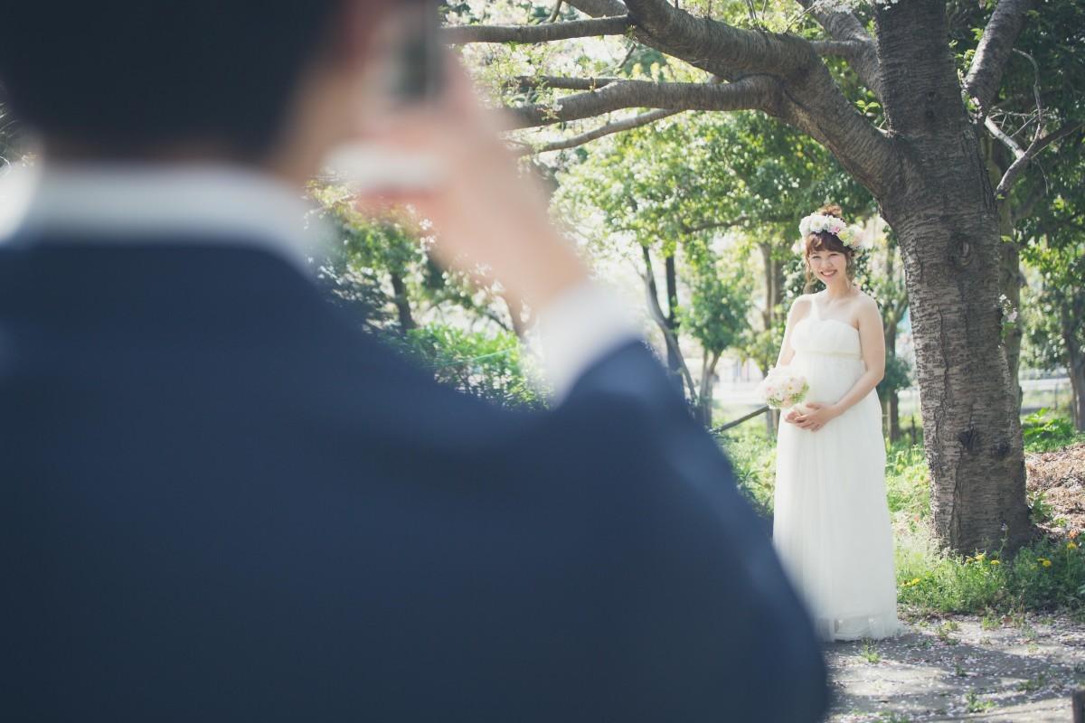 高野和希が出張撮影した春の公園でのマタニティフォト(エミリィ)