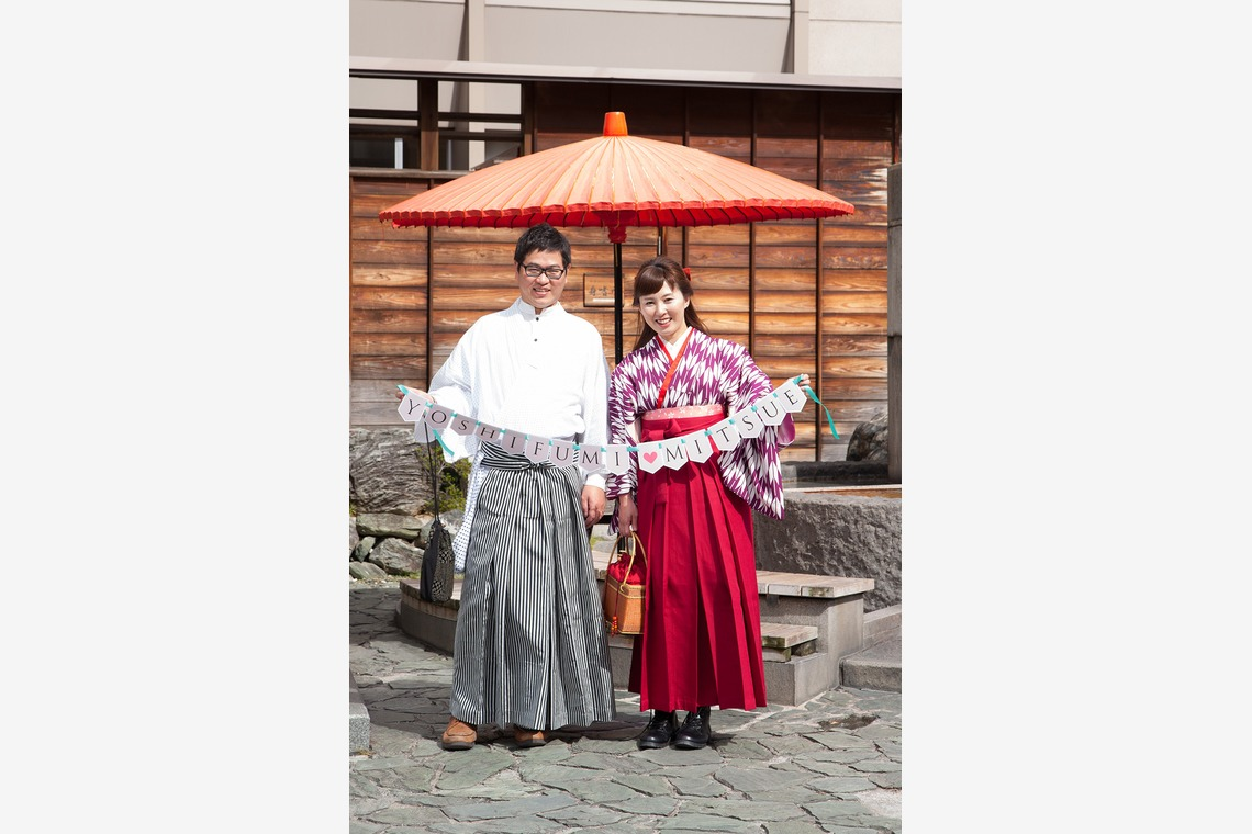 入籍の日の仲睦まじい夫婦の写真