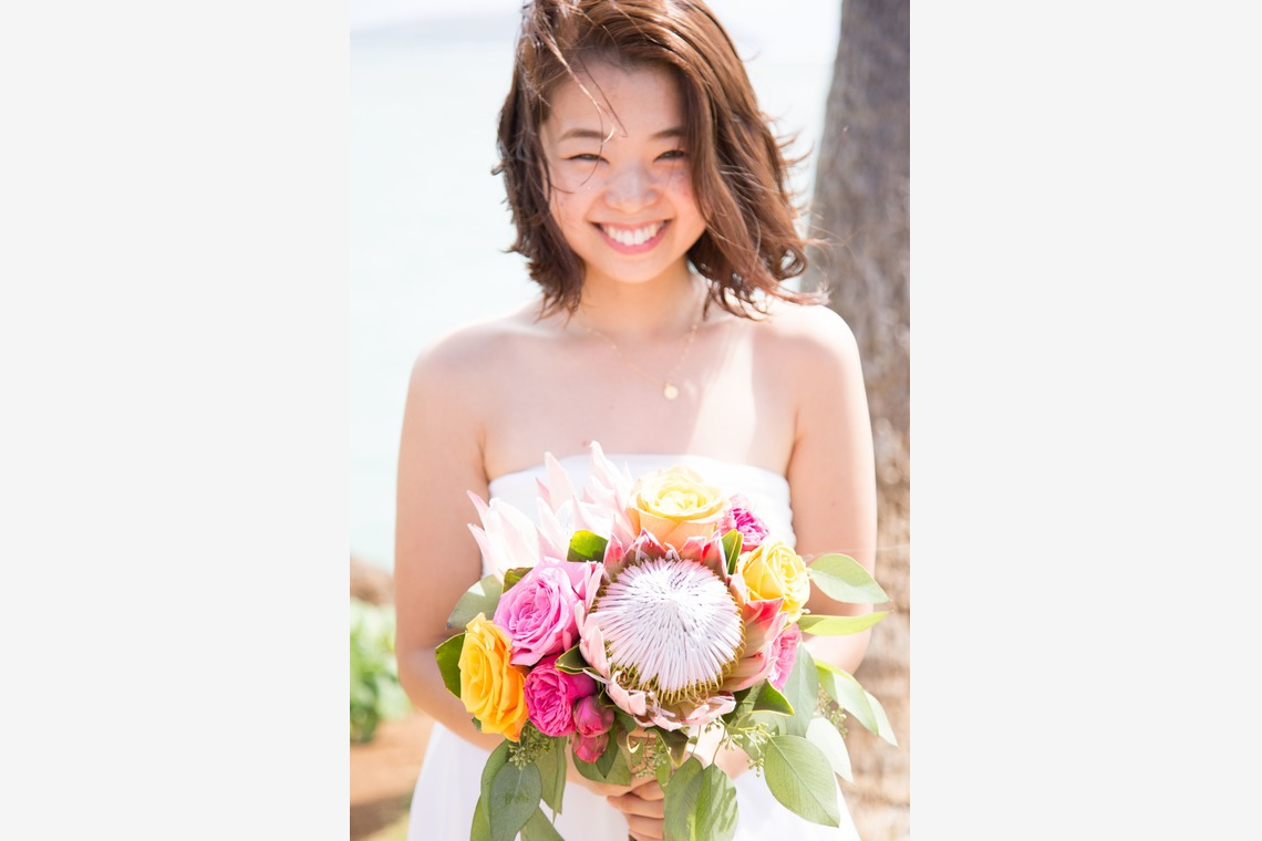 Solo picture of bride with her bouquet — Photo by Kazuki Takano