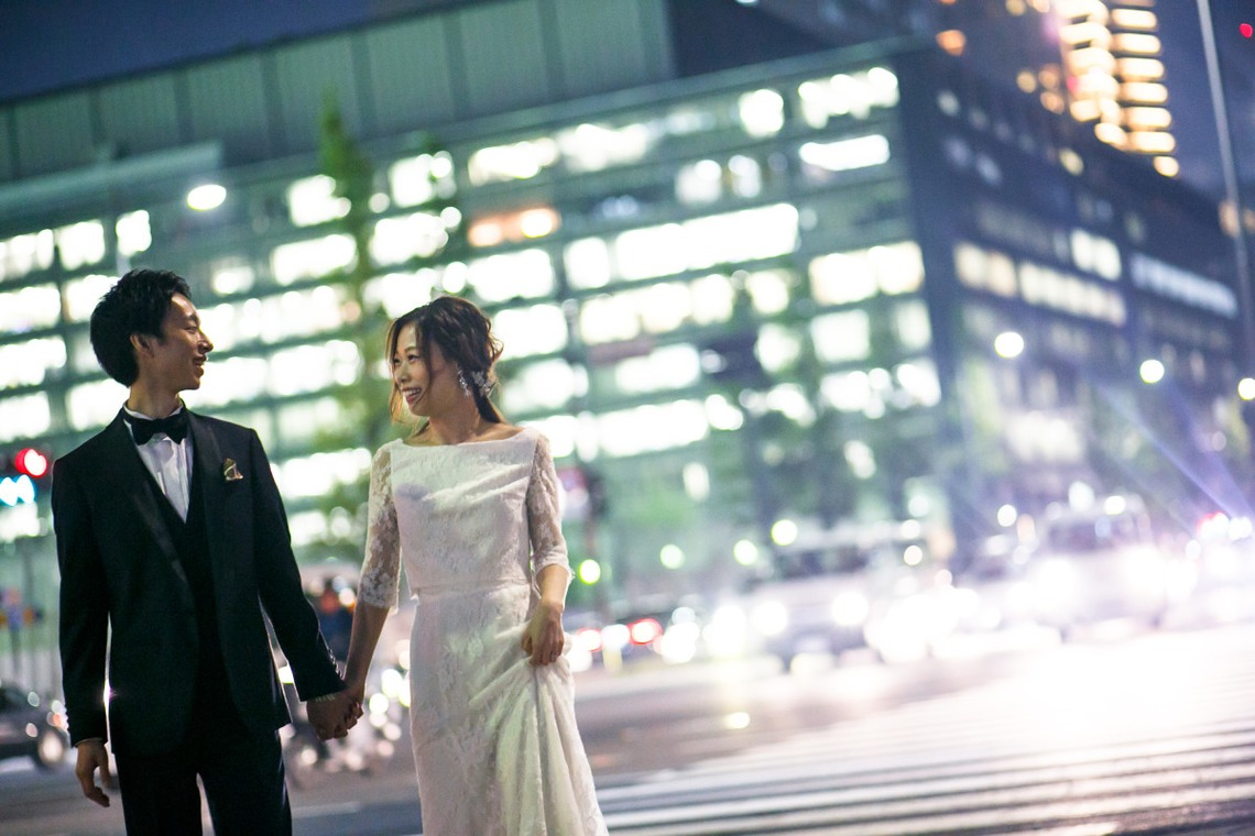 couple crossing street photo by Ayako Photography