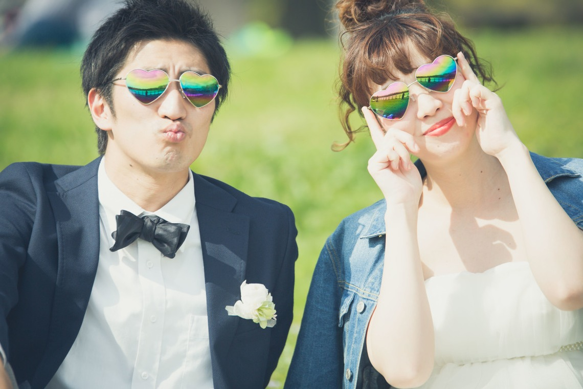 Bride and groom with sunglasses — Photo by Takano Kazuki