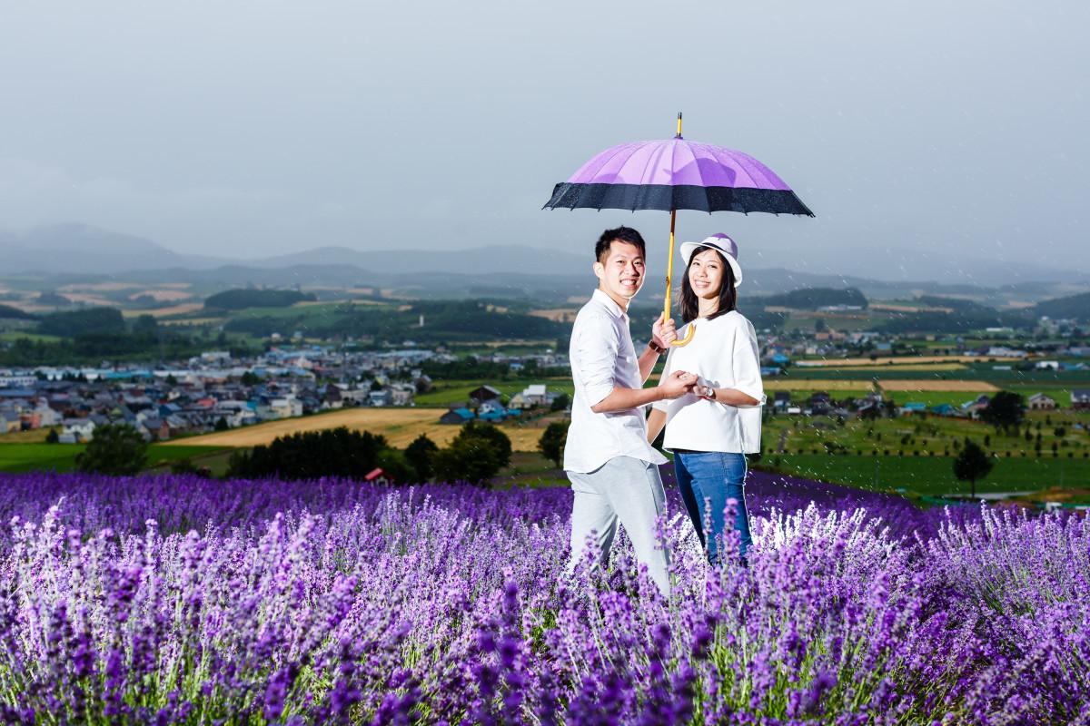 リッケフォトスタイルが撮影した雨の日のエンゲージメントフォトin富良野